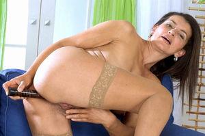 Зрелая тетка мастурбирует свою мохнатую письку 10 фото
