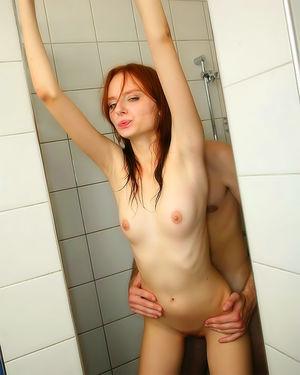 Рыжая крошка в душевой сосет член и возбужденно занимается сексом 4 фото