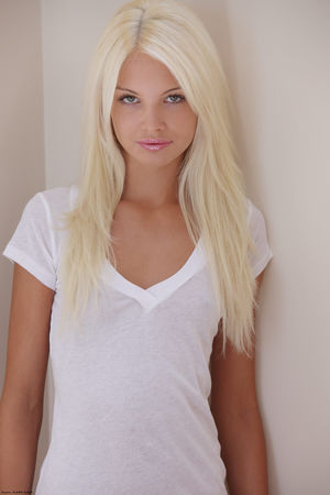 Эротические фото худенькой блондинки 4 фото