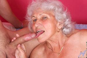 Развратная бабуля любит горячий секс. 8 фото
