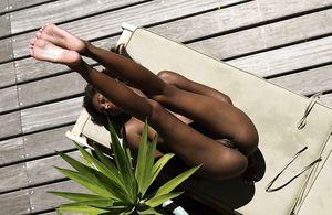 Тощая негритянка отдыхает на солнышке. 12 фото
