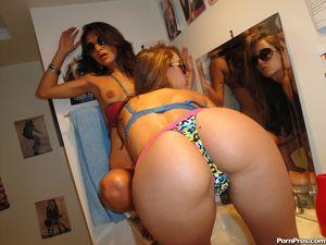Две девушки соблазнились на длинный пенис 4 фото