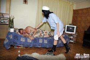Старый пузатый мужик поимел молоденькую медсестру у себя в квартире 4 фото