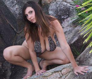 Брюнетка в леопардовом купальнике 5 фото