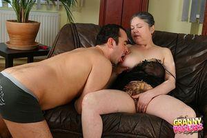 Мужик трахает пожилую даму с мохнатой киской 2 фото