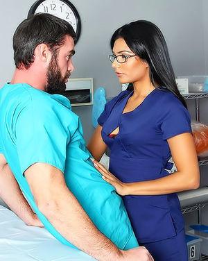 Страстный секс врачей на ночном дежурстве. 4 фото
