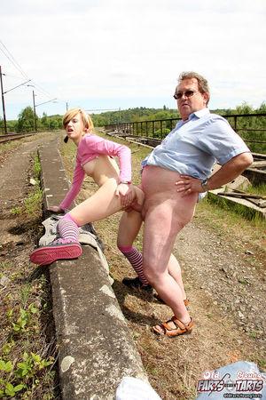 Девушка трахается на улице со взрослым мужиком прямо рядом с поездами 12 фото