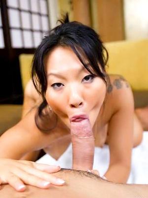 Две азиатские официантки трахаются с клиентами 0 фото