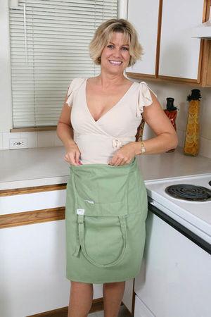 Мамашка разделась на кухне
