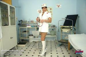 Хорошенькая медсестра показывает влагалище 1 фото
