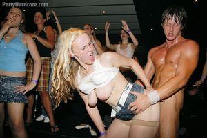Во время вечеринки пьяные русские девушки сосут члены мускулистых стриптизеров