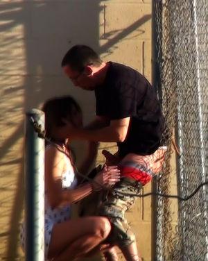 Очевидец снял, как девушка ебется с парнем на улице 3 фото