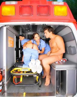 Красивые медсестрички трахнули больного в скорой 4 фото