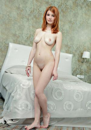 Стройное тело рыжей девушки. 1 фото