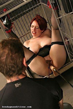 Соблазнительную рыжую жену закрыли в клетке и испытали на ней секс машину 8 фото