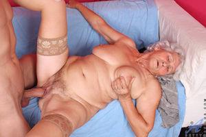 Развратная бабуля любит горячий секс. 10 фото