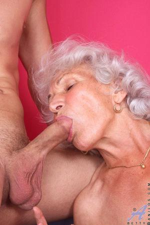 Развратная бабуля любит горячий секс. 6 фото