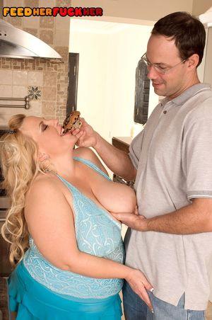 Толстушка трахается с мужиком ради кексов 9 фото