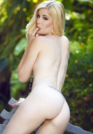 Голая блондинка позирует на лавочке 6 фото