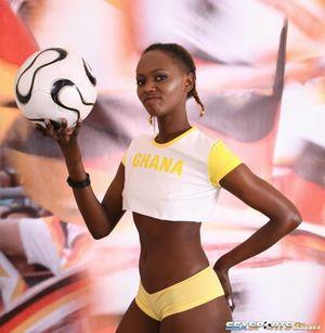Негритянка фоткается, чтобы привлечь спонсоров к женскому футболу 1 фото