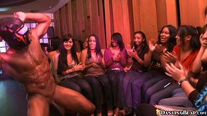 Девушки сосут стриптизерам на вечеринке 1 фото