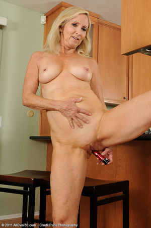 Сексуальная старушка мастурбирует на кухне 14 фото