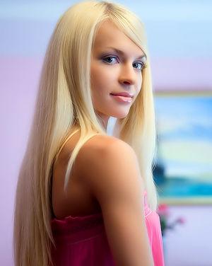 Блонда светит розовой пиздой на улице 5 фото