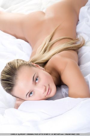 Обнаженная блонда на белоснежной кровати 1 фото