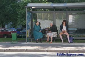 Девушка из России оголяет волосатую пизду в публичных местах 6 фото
