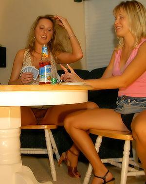 Зрелые лесбиянки забавляются с анальными шариками 1 фото