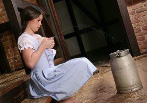 Мамка доит свои груди в стойле. 8 фото