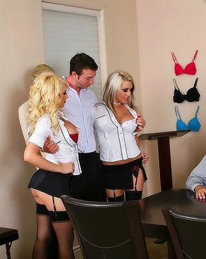 Две девушки с большими буферами оседлали член парня 4 фото