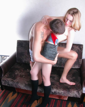 Трахнул худую подругу в пизду на диване 4 фото