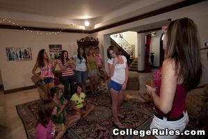 Студентки развлекаются на девичнике со стриптизером 6 фото