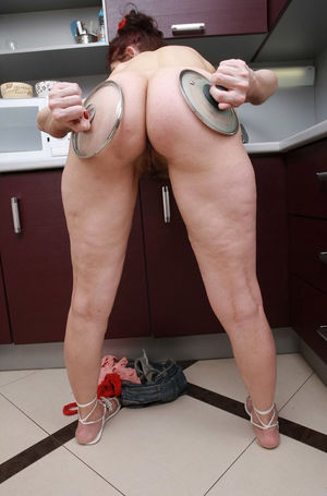 Домохозяйка оголила свои дырки на кухне 10 фото