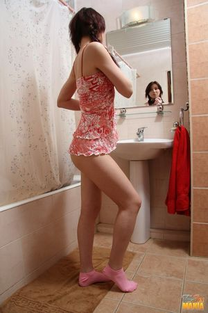 Милашка присоединилась к парню в ванной 2 фото