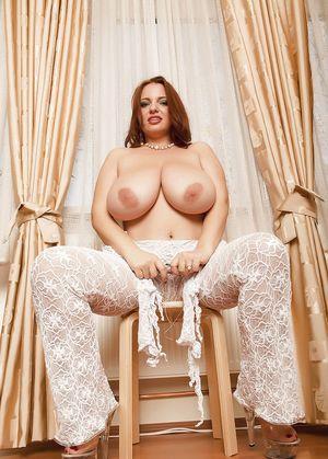 Сексуальная женщина с пышной большой грудью