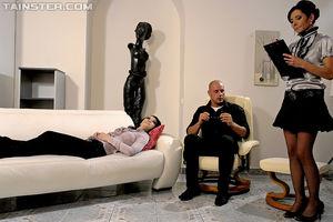 Секс втроем на приеме у психотерапевта 2 фото