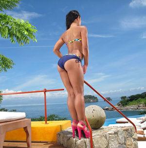 Мексиканка засунула в пизду вибратор 4 фото
