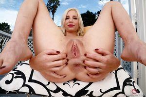 Стройная блондинка выставила свои дырки 8 фото