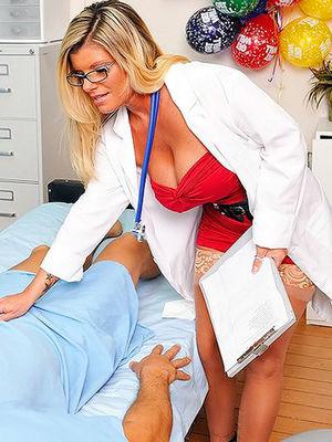 Зрелая докторша отдалась своему пациенту. 0 фото