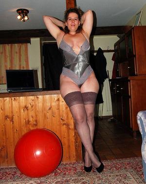 Зрелая дама скачет свое большой жопой на мяче