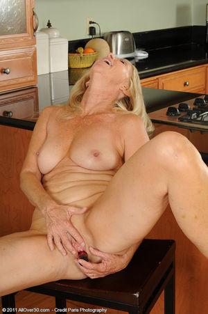 Сексуальная старушка мастурбирует на кухне 8 фото
