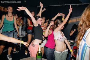 Напились и давай трахаться в ночном клубе 17 фото