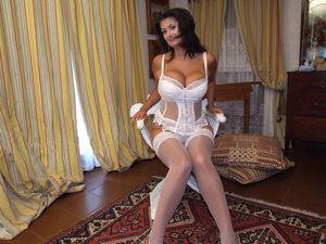 Alexandra Moore в красивом белом белье и чулках 5 фото