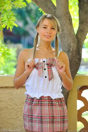 Милая девушка с косичками показала сисечки 2 фото