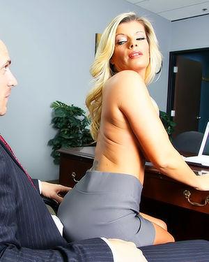 Зрелая секретарша приземлилась на член босса 7 фото