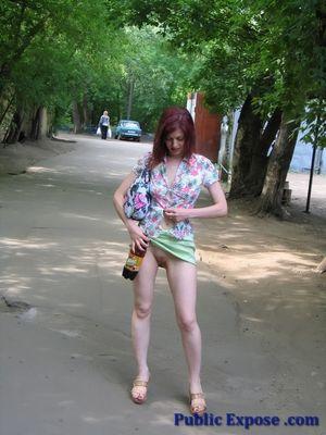 Зрелая эксгибиционистка на улице показывает свои прелести без стеснения 1 фото