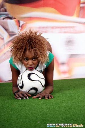 Черная спортсменка участвует в интимной фотосессии 9 фото