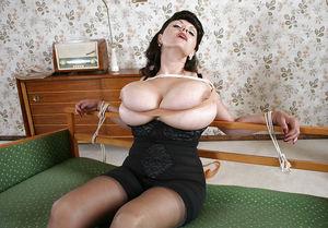 Зрелая брюнетка с гигантскими титьками. 10 фото